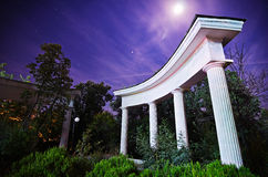 Natt i parken Träd bak kolonnerna Arkivbilder