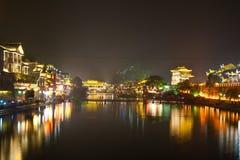 Natt i townen Fenghuang Royaltyfri Foto