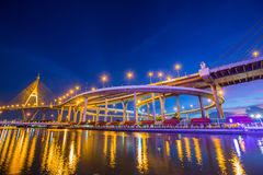 Natt ljusa Bhumibol 1 bro Arkivfoton