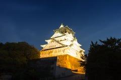 Natt med den Osaka slotten Arkivfoto
