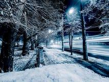 Natt och snö fotografering för bildbyråer