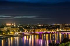 Natt och staden royaltyfria bilder