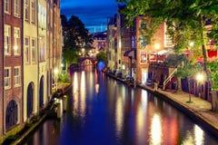 Natt Oudegracht och bro, Utrecht, Nederländerna Royaltyfria Bilder