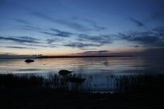 Natt på banken av Ladoga sjön Royaltyfria Bilder