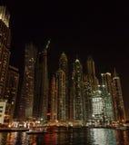 Natt på den Dubai marina i UAE Arkivbilder