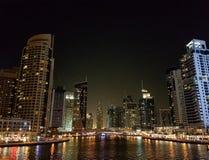 Natt på den Dubai marina i UAE Royaltyfria Foton