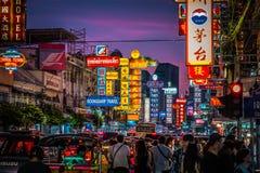 Natt på den Yaowarat vägen Den Yaowarat vägen är en huvudsaklig gata i Bangkok kineskvarter royaltyfri bild
