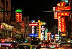 Natt på den Yaowarat vägen, den huvudsakliga gatan av den Kina staden Bangkok royaltyfri bild