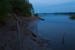 Natt på floden royaltyfri bild