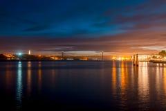 Natt på floden Tejo - Lissabon, Portugal Arkivbild