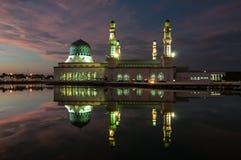 Natt på Sabah Mosque Royaltyfri Foto