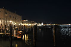 Natt på Venedig port Royaltyfria Bilder
