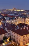 Natt Prague med slotten Arkivfoto