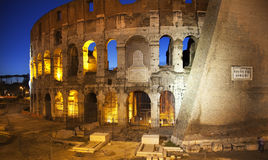 natt rome för colosseumitaly vänner Arkivfoton