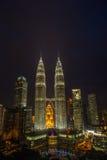 Natt Scape av KLCC Royaltyfria Bilder