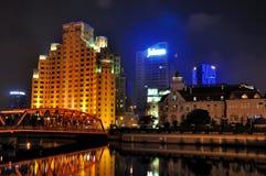 natt shanghai för trädgård för stad för brobyggnader Fotografering för Bildbyråer