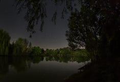 Natt sjö med stjärnor arkivfoton