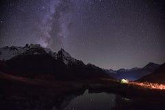 Natt sjösikt nära den Churchkhur floden arkivbilder