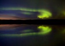 Natt sköt nordliga lampor Arkivbilder