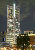natt skjuten skyskrapa Fotografering för Bildbyråer