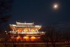 Natt som är scenisk av stadsporten och stadsväggen i forntida stad av Dali Arkivfoto