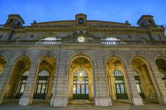 Natt som är scenisk av Zurich den huvudsakliga stationen Arkivfoton