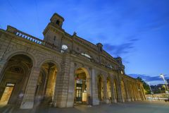 Natt som är scenisk av Zurich den huvudsakliga stationen Royaltyfri Foto
