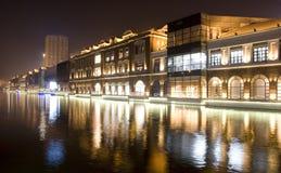 Natt som bygger nära floden arkivfoto