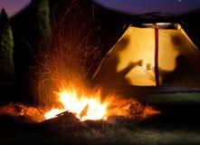 Natt som campar i bergen Royaltyfria Foton