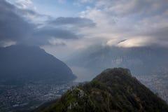 Natt som faller på sjön Como och berg royaltyfria foton