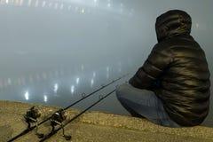 Natt som fiskar den stads- upplagan Fiskare i dimmig natt Royaltyfri Foto