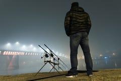 Natt som fiskar den stads- upplagan Fiskare i dimmig natt Fotografering för Bildbyråer