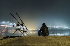 Natt som fiskar den stads- upplagan Fiskare i dimmig natt Royaltyfri Bild