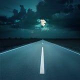 Natt som kör på en tom väg till månen Arkivfoton