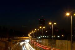 Natt som skjutas av lång exponering för huvudvägväg Arkivfoton