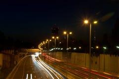 Natt som skjutas av lång exponering för huvudvägväg Arkivbild