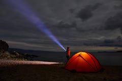 Natt tänt tält, i att campa av naturen Royaltyfri Fotografi