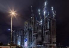 Natt Tel Aviv Natt Tel Aviv Tornkranar som står högt ovanför mång--våning byggnader Royaltyfri Foto