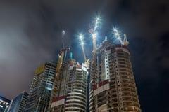 Natt Tel Aviv Natt Tel Aviv Tornkranar som står högt ovanför mång--våning byggnader Arkivbild