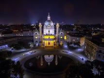 natt vienna Kyrka för St Charles ` s _ Karlskirche Karlsplatz arkivbilder