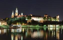 Natt Wawel - kunglig slott över Vistulaen i Krakow royaltyfri bild
