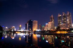 NattBangkok stad   , reflexion av sklylinen Royaltyfria Bilder