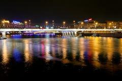 Nattbelysning av Novoarbatsky överbryggar i Moscow Arkivfoto