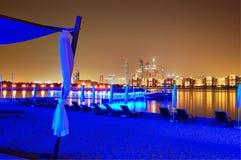 Nattbelysning av stranden för lyxigt hotell på Palm Jumeirah Royaltyfri Fotografi