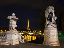 Nattbelysning på överbrygga av Alexander III. Paris, Frankrike Fotografering för Bildbyråer