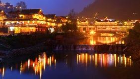 Nattbelysningkonstruktioner i den kinesiska byn av person som tillhör en etnisk minoritet mi Arkivbild