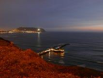 Nattbelysningsikten av en restaurang och Lima skäller royaltyfri fotografi