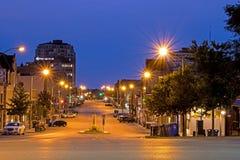 Nattbild av den McDonnell gatan i Guelph, Ontario, Kanada arkivbild