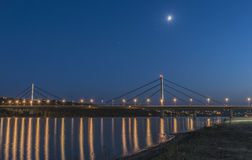Nattbild av en vägbro Arkivbilder