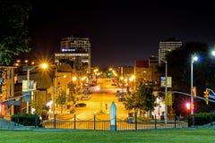 Nattbild av i stadens centrum Guelph, Ontario, Kanada royaltyfri fotografi